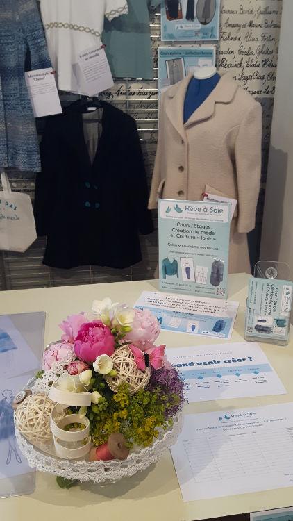 """Stand du cours de """"stylisme - confection femme"""" avec bouquet de fleur """"couture"""" et quelques modèles réalisés par les élèves - vue à l'exposition du club ABC en mai 2017"""
