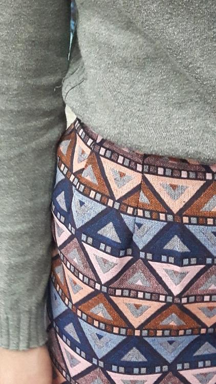 Vue de détail d'une jupe droite sur-mesure réalisée dans un tissu coloré un peu épais, zoom sur les pinces de taille - modèle d'une élève des ateliers Rêve à Soie