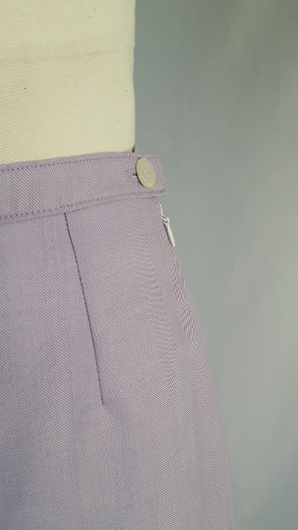Vue de détail d'une jupe mauve avec pli asymétrique et forme trapèze. Zoom sur le zip côté - modèle exemple des ateliers Rêve à Soie