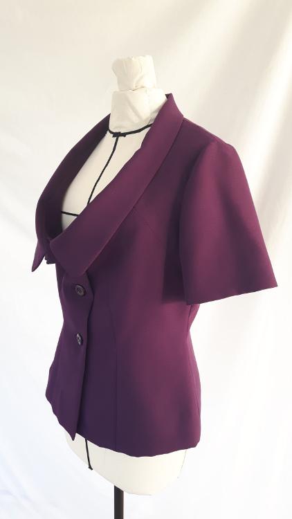 Détail d'une veste à col de pigeon, zoom sur le profil - modèle exemple des ateliers Rêve à Soie